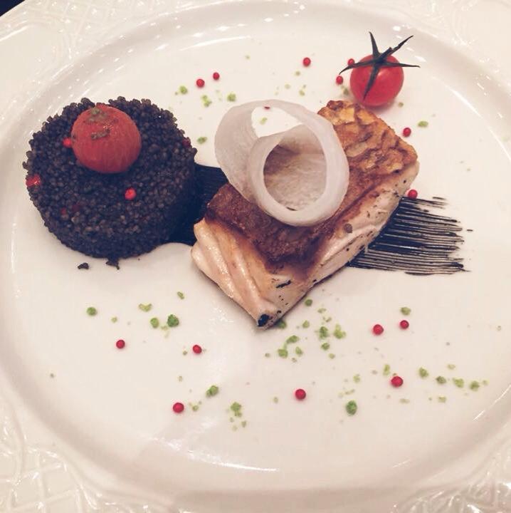 Sama confitada con cuscus de tinta de calamar, tomate cherry osmotizado, caviar y sal de cilantro